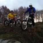 Twee leden van de Trialclub Zuidoost-Drenthe bovenop de heuvel.