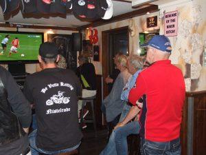 Motorrijden en voetbal kijken gaat goed samen.