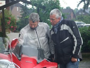 Jan Vos en Michel Schippers bekijken nog even de route.