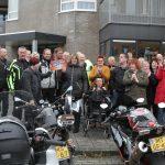 De bewoners van De Spil in Klazienaveen zijn blij met de cheque van 600 euro.